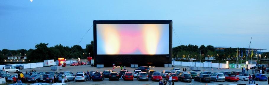 Drive-in cinema com a gigante AIRSCREEN classic 30m x 18m em Wolfsburg, Alemanha