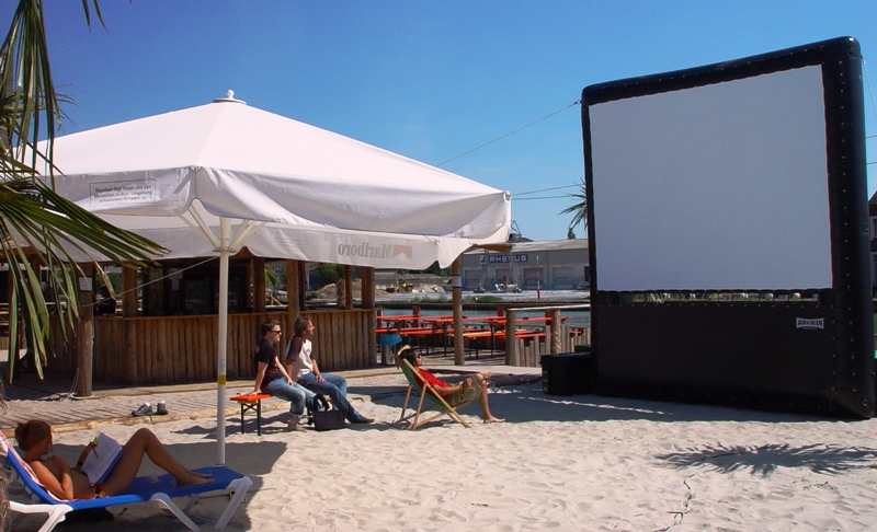 Lo schermo più versatile possibile: perfetto anche per un cinema in spiaggia!