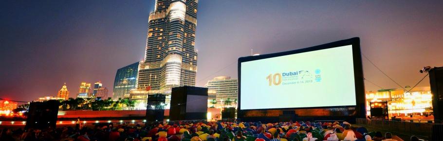 Festival Internacional de Cinema em Dubai: Cinema ao ar livre com a AIRSCREEN classic 20m x 10m em frente do Burj Khalifa
