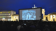 "AIRSCREEN classic 16m x 8m direkt vor dem Brandenburger Tor in Berlin mit ""The Great Dictator"""