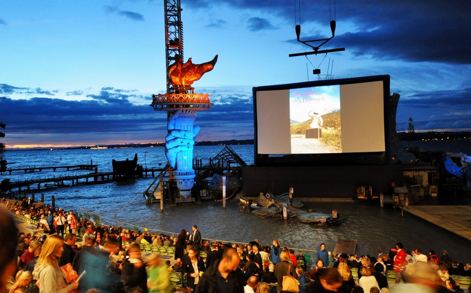World premiere on an AIRSCREEN classic 18m x 9m (60ft x 30ft)