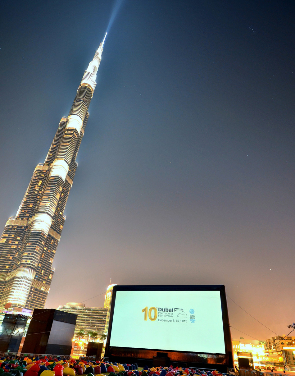 AIRSCREEN classic 66ft x 33ft (20m x 10m) beside the Burj Khalifa in Dubai